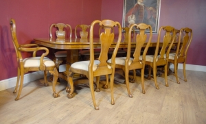 Georgische eettafel in Walnut & 8 Queen Anne stoelen