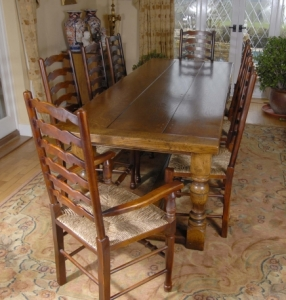 Engelsk Farmhouse refektoriet Table & 8 Ladderback Stoler