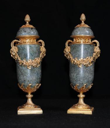 Empire français en marbre doré Urnes Urne Ormolu Campana