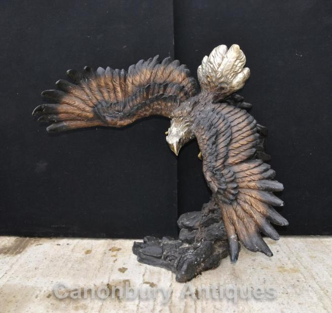 Large bronze staue of an American bald eagle